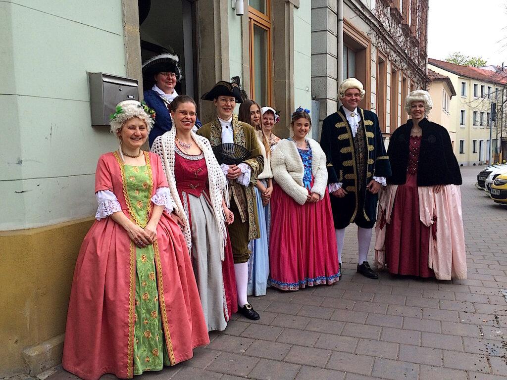 Menschen in Kostümen