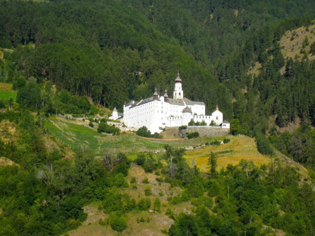 Weiß und mächtig thront das Kloster Marienberg in Südtirol