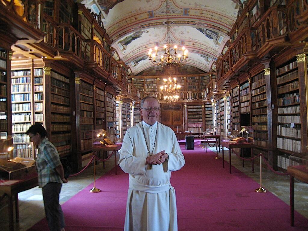 Abt Martin Felhofer in der Bibliothek des Klosters