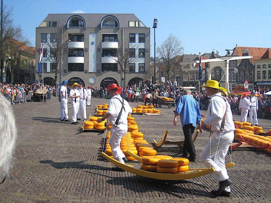 Käsemarkt in Alkmaar - Wie vor Hunderten von Jahren laufen die Käseträger noch heute mit der frischen Ware zum Käufer