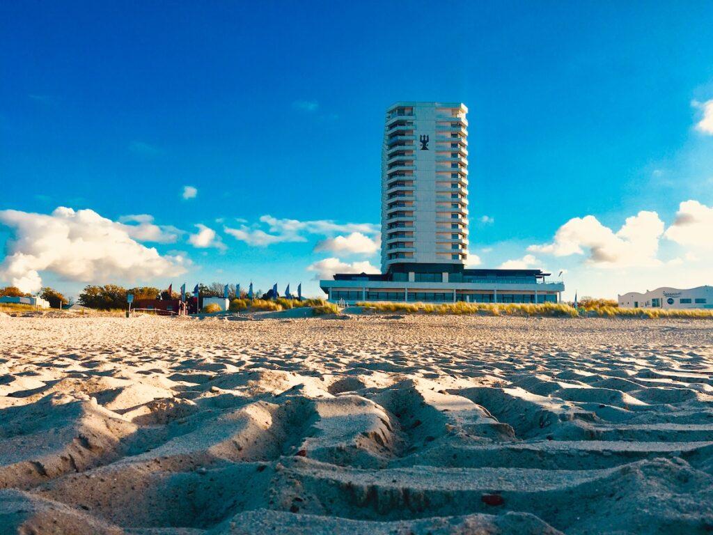 Küstenstädte in Deutschland bieten besondere Übernachtungsmöglichkeiten. Hier das Hotel Neptun in Warnemünde.