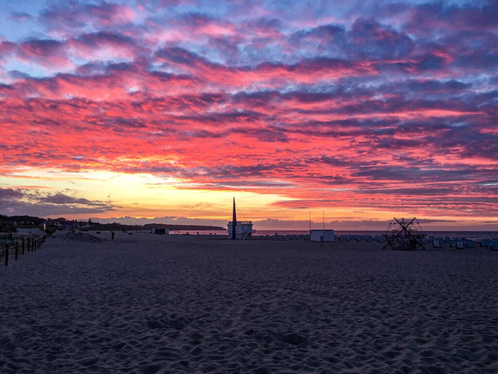 Küstenstädte in Deutschland bieten großes Kino: hier der Sonnenuntergang in Warnemünde.