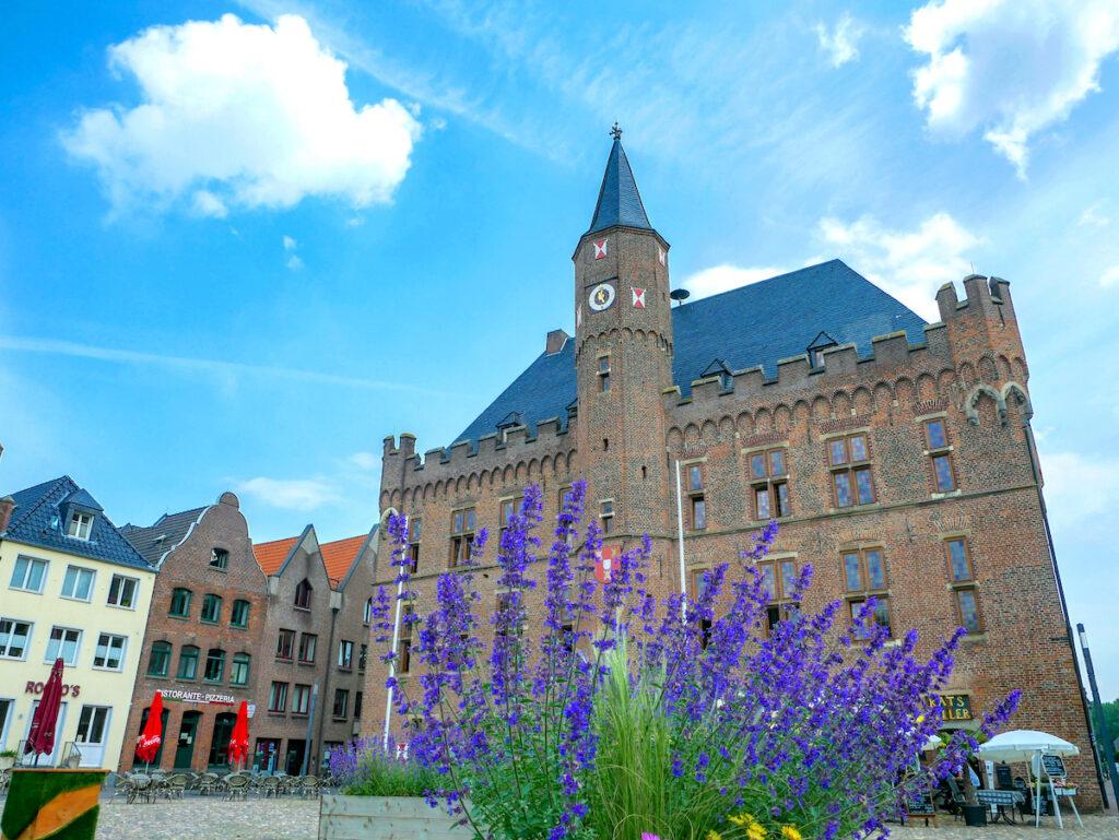 Das imposante Rathaus im Mittelalterstädtchen Kalkar am Niederrhein.