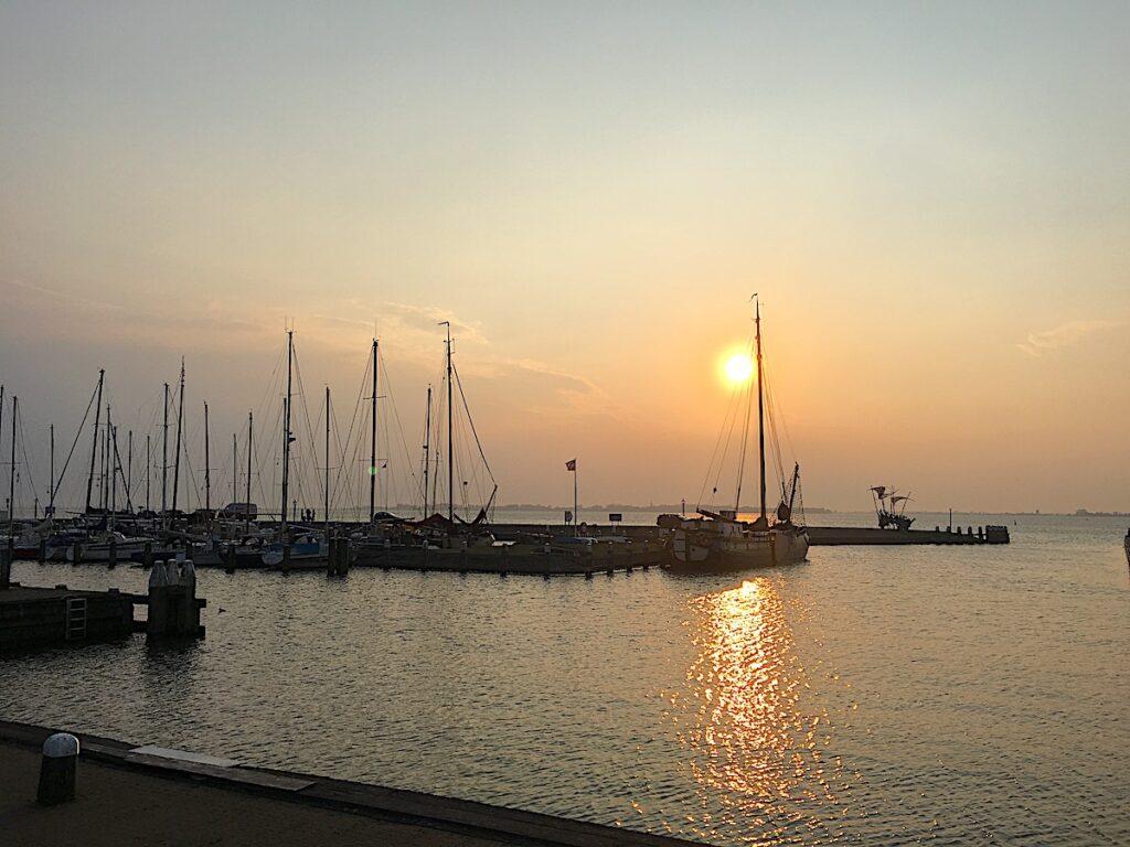 Sonnenuntergang über einem Yachthafen in Holland.