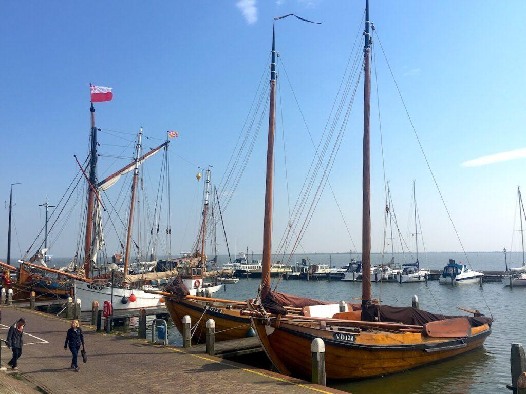Der Yachthafen in Volendam am Markermeer.