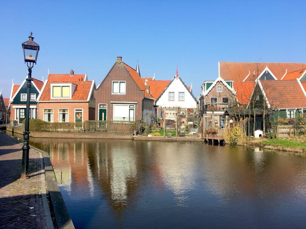 Grachten und kleine Häuser am Markermeer.