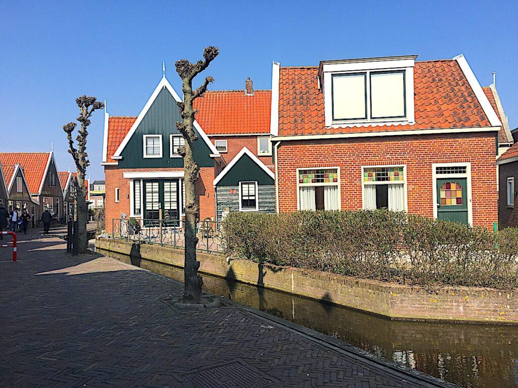 Kleine Gassen und Häuser in Volendam am Markermeer.