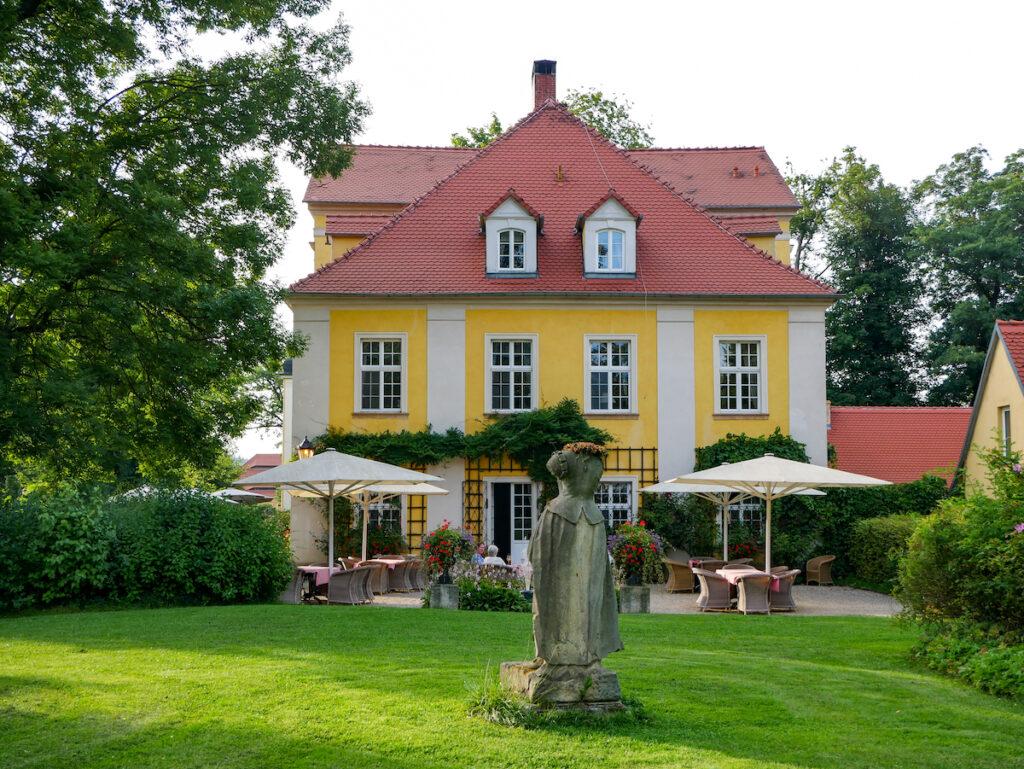 Schloss Lomnitz ist ein besonders schönes Schloss im Hirschberger Tal in Niederschlesien und dient heute als Schlosshotel.