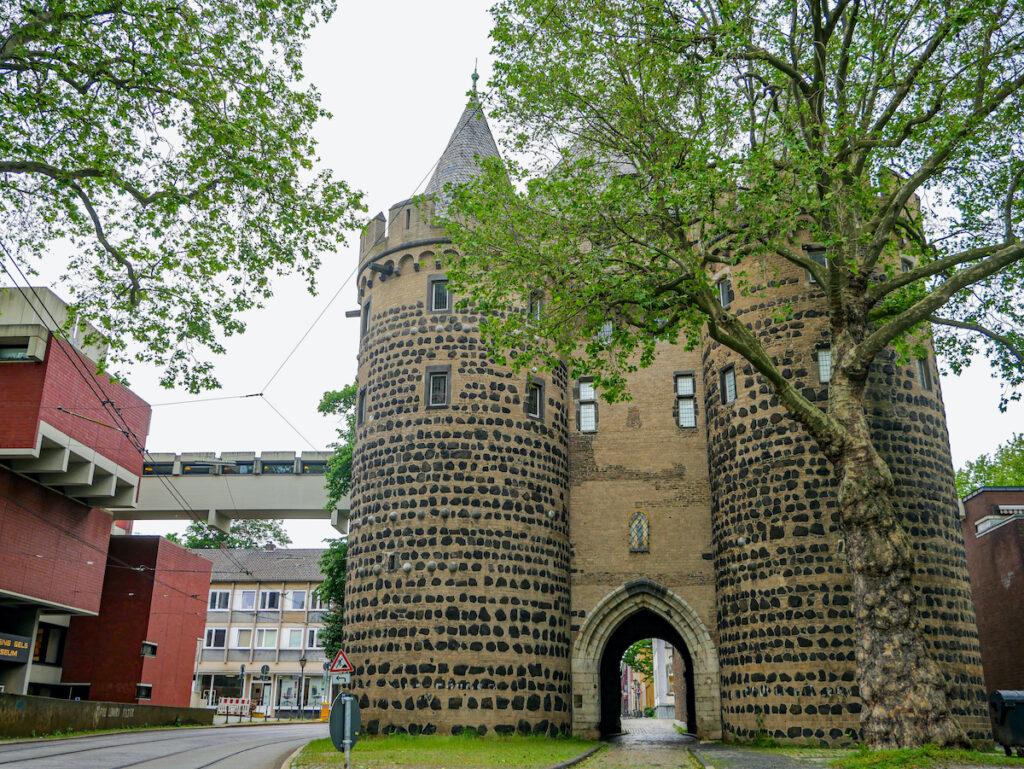 In Neuss startet der Hanseradweg. Das dortige Obertor erinnert an die bedeutende Vergangenheit der Handelsstadt.